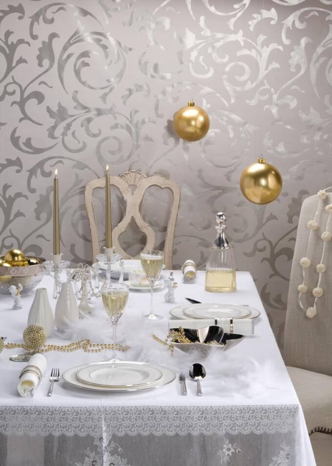 Decorate the center of the romantic table with an elegant decoration