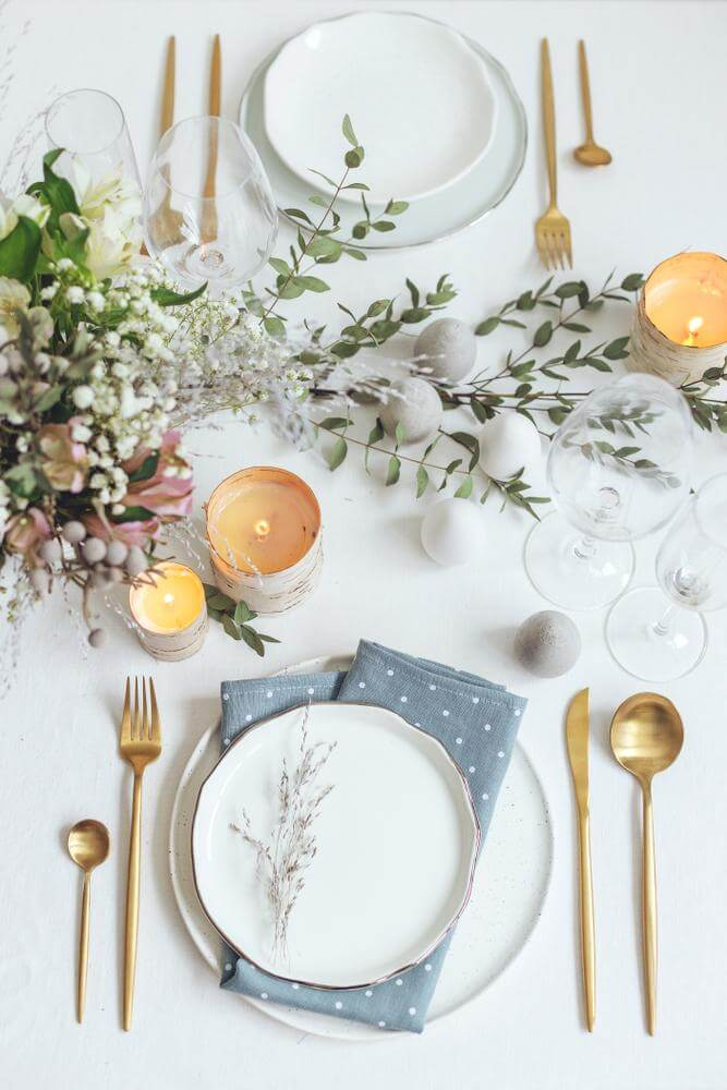 Make a romantic table with leaves in the center
